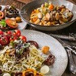 Spaghetti Mit Pesto Salat Mit Muscheln Und Canapes Mit Tomaten Mediterrane Kuche Stockfoto Und Mehr Bilder Von Abnehmen Istock