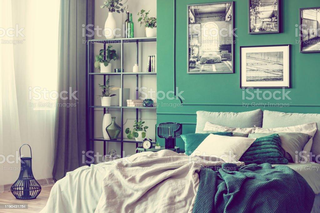 photo libre de droit de interieur elegant de chambre a coucher avec lit double et mur vert emeraude banque d images et plus d images libres de droit de a la mode istock