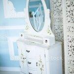 Stilvolle Kommode Mit Spiegel Im Schlafzimmer Stockfoto Und Mehr Bilder Von Architektur Istock