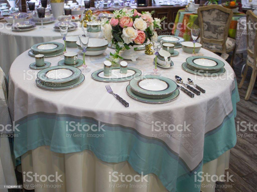 https www istockphoto com fr photo r c3 a9glage de la table pour 6 personnes d c3 aener bleu turquoise sur une table ronde gm1152808815 312892471