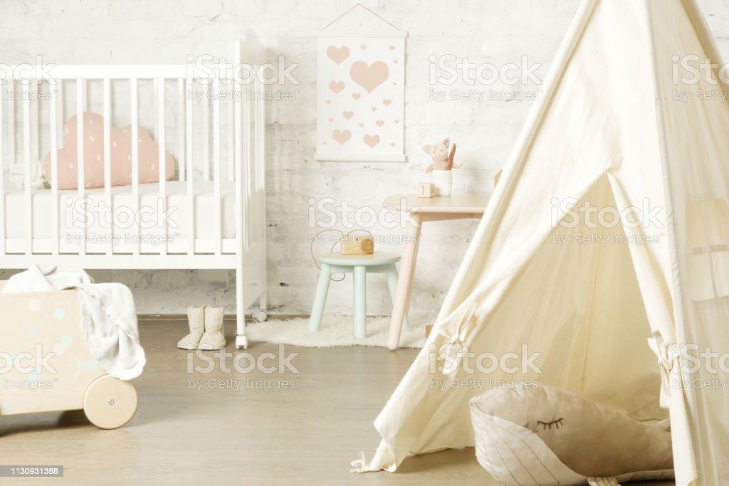 https www istockphoto com fr photo tente lit b c3 a9b c3 a9 et meubles pour enfants dans la chambre denfant chambre denfants gm1130931388 299273129