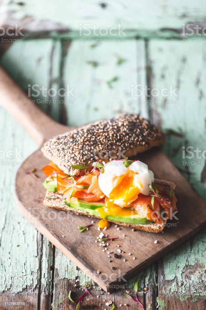 https www istockphoto com photo toast ou tartine c3 a0 l avocat tomate et oeuf poch c3 a9 ou mollet gm1127913715 297454456