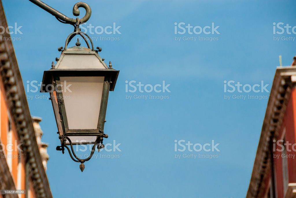 https www istockphoto com fr photo lampadaire ancien venise gm1032316120 276513326