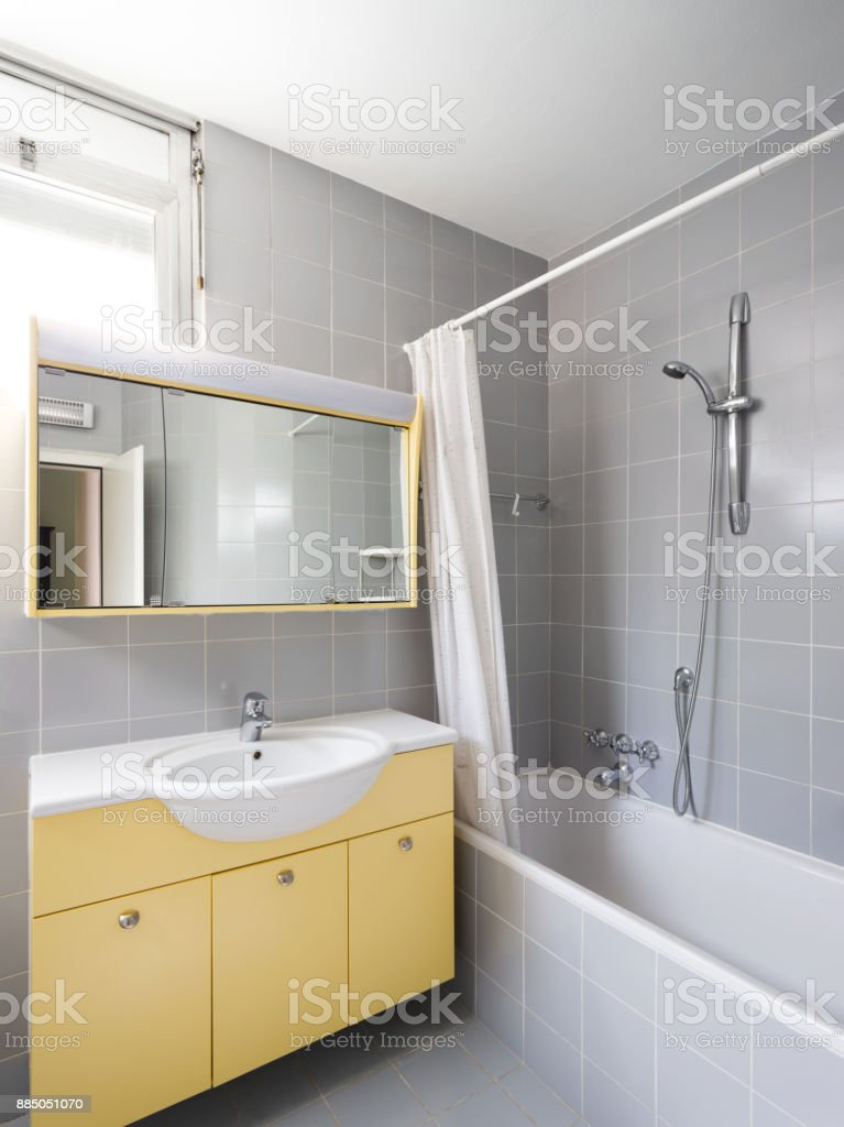 https www istockphoto com fr photo salle de bain vintage gris et jaune gm885051070 245976063