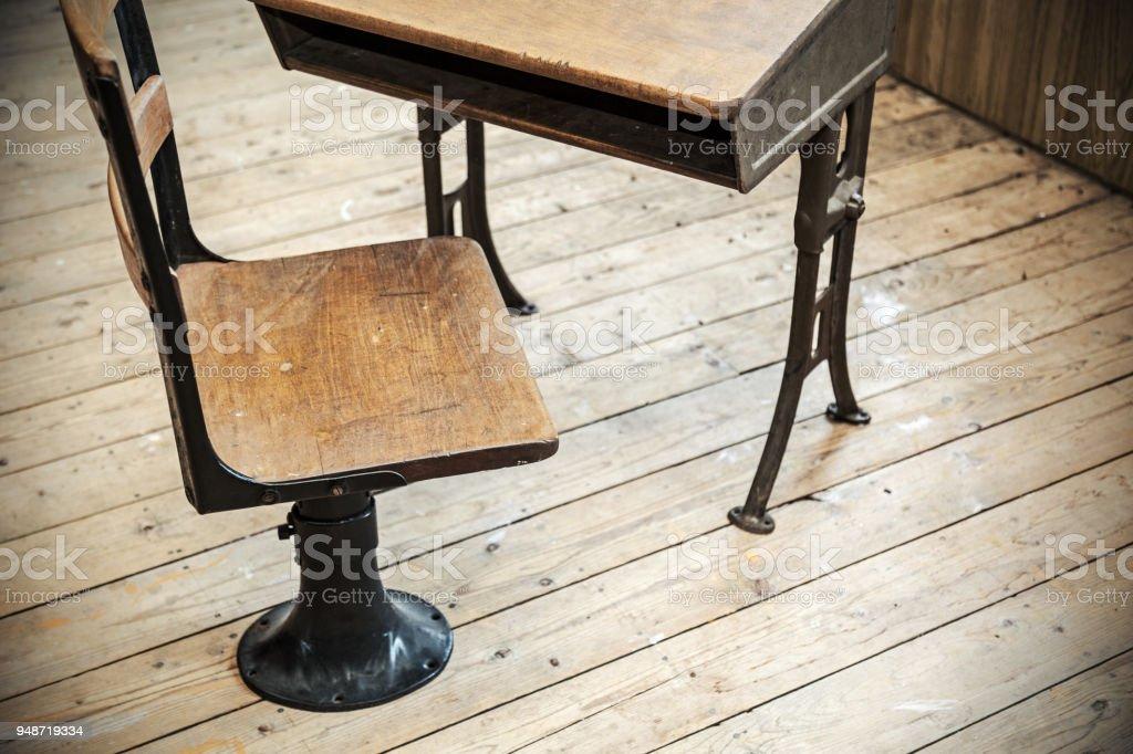 https www istockphoto com fr photo chaise et banc d c3 a9cole vintage gm948719334 259005971