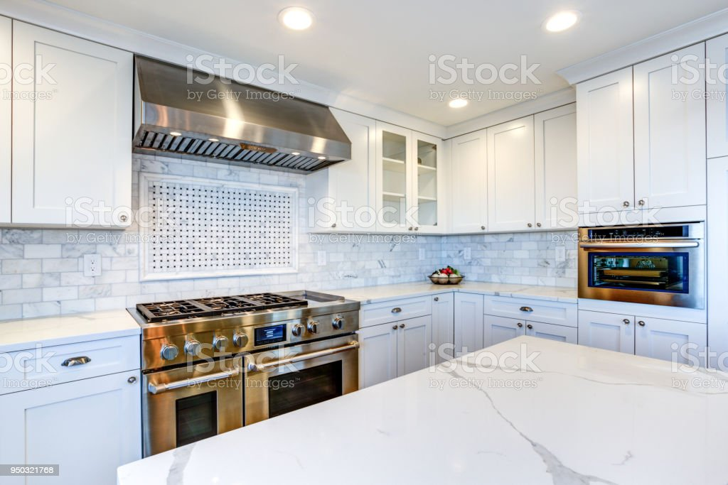 photo libre de droit de blanc cuisine avec hotte en acier inox au gaz table de cuisson banque d images et plus d images libres de droit de acier istock