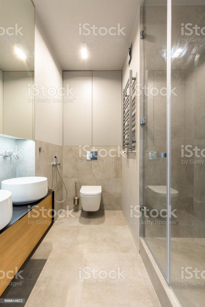 photo libre de droit de lavabo blanc sur coffret en bois dans linterieur de la salle de bain beige elegant de lumiere vraie photo banque d images et plus d images libres de droit
