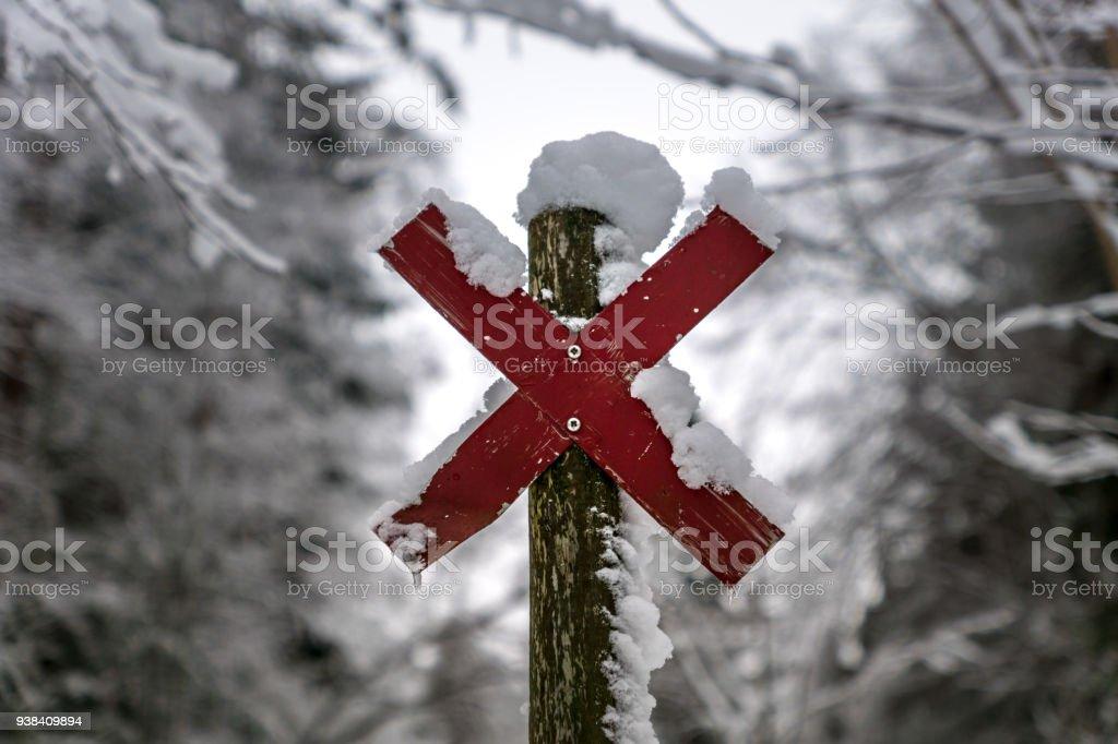 https www istockphoto com fr photo poste de panneau en bois avec une croix rouge gm938409894 256616756