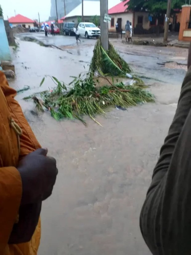 Four Dead, Others Missing As Flood Sweep 26 Vehicles, 166 Houses In Abuja [Photos] 4