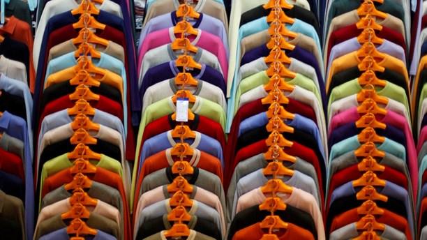 Vi släpar hem ungefär 30 kilo kläder om året. Hur påverkar det vår syn på klädernas kvalitet? Intressant inslag från Sveriges Radio:s program STIL. Bildkälla: Sveriges Radio