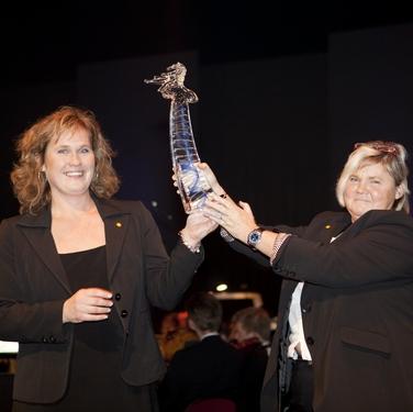 Kommunstyrelsens ordförande Lena Melesjö Windahl och utvecklingschef Marie Johansson, Karlstads kommun tar emot SveaPriset 2009.