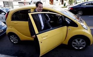 Caballero estrena su coche eléctrico
