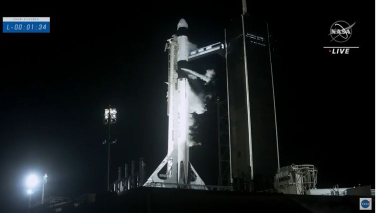 La fusée Falcon lors de l'allumage des moteurs.
