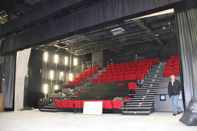 La salle de diffusion peut accueillir 144 spectateurs.