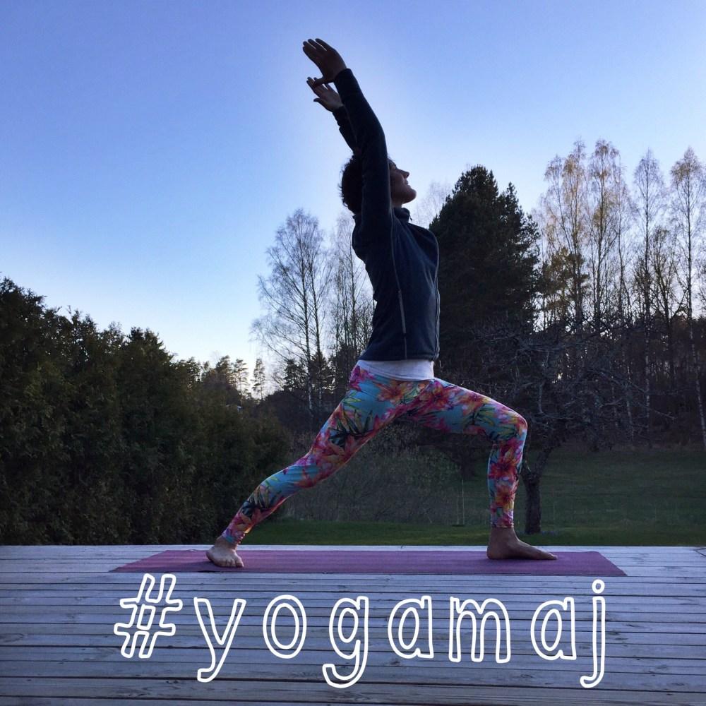 yoga-maj med hashtag