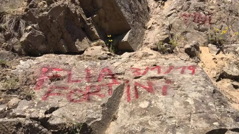 No aprenden más: una familia graffiteó una roca en los Siete Lagos