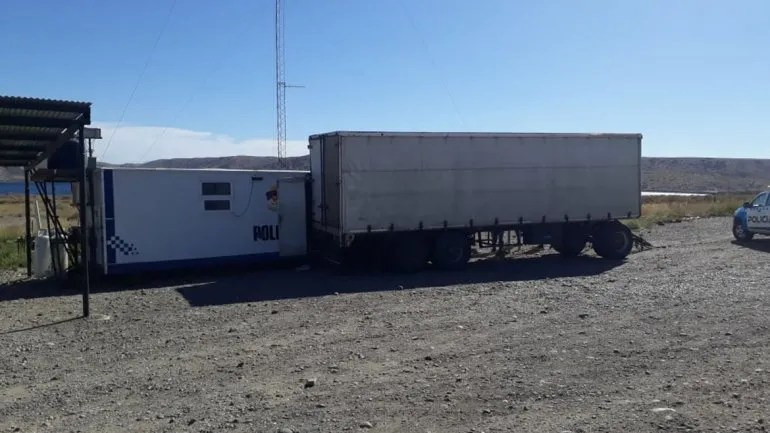 Insólito: un acoplado abandonado por un camionero chocó el puesto policial de Collón Curá