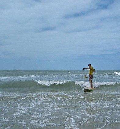 Adam lär sig surfa