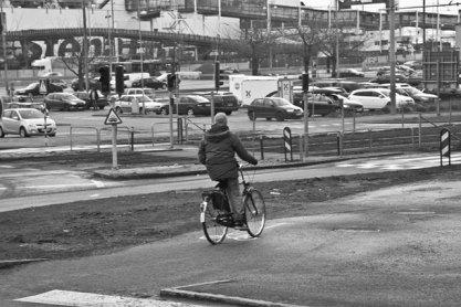 man på cykel svartvitt