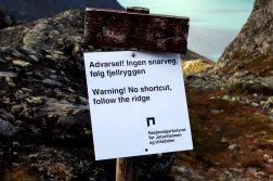 23: Advarsel! Ingen snarveg, følg fjellryggen. Warning! No shortcut, follow the ridge. Nasjonalparkstyret for Jotunheimen og Utladalen.