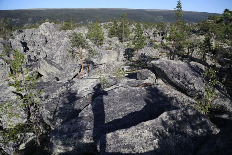 TOPPTUR: Barkaldkjølen ligger på kanten av Jutulhogget, og er definert som en av de høyeste toppene på kanten av stupet. Du trenger ikke gå ned i juvet for å finne hauger med stein, også oppe på kanin er terrenget steinlagt.