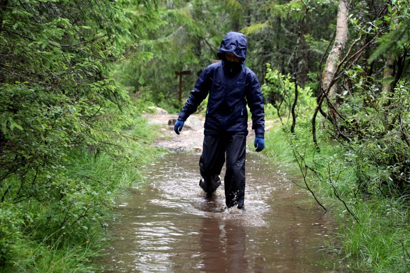 Det er vått i området ved juvet når det regner.