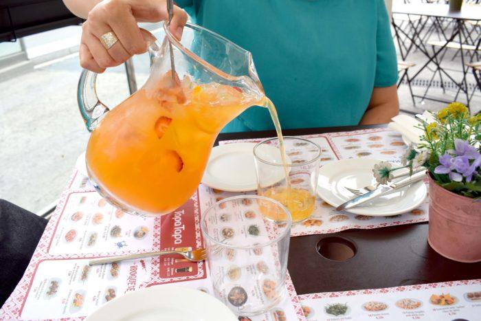 sangria hälls upp i glas
