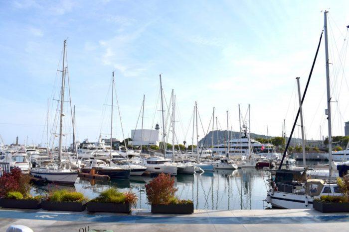 segelbåtar i barcelonas hamn