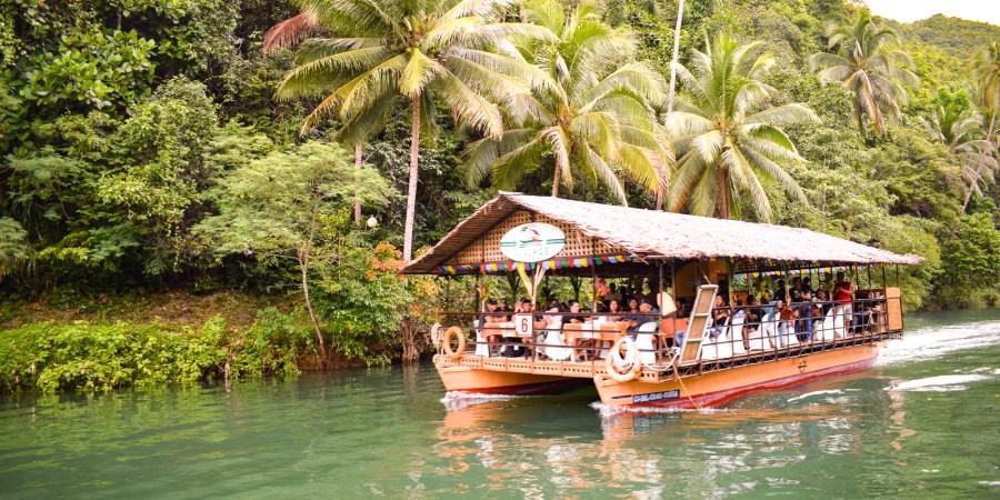 restaurangbåt på floden loboc.