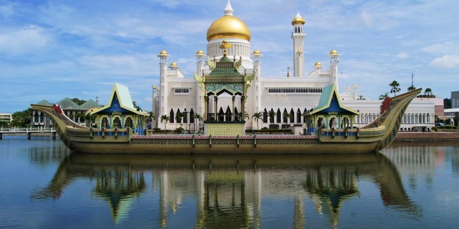 moskén och den konstgjorda båten i bandar seri begawan