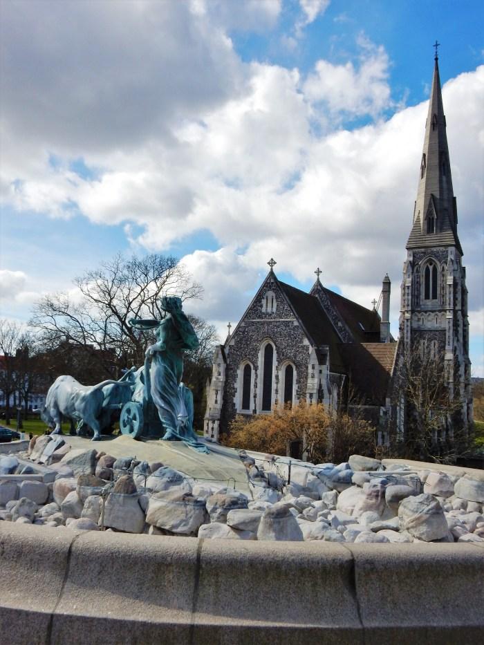 kyrka och staty i langline