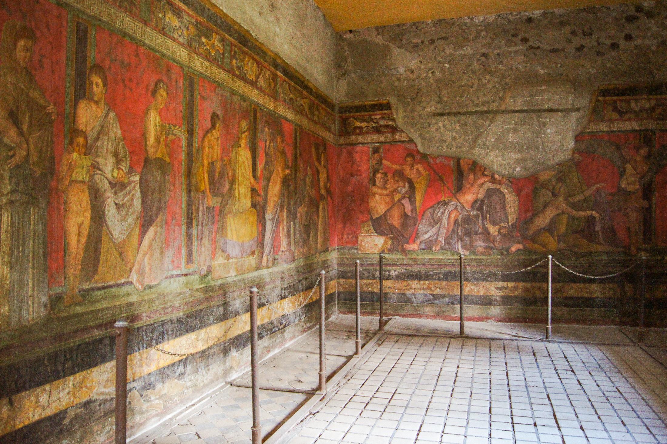 En stor väggmålning som delvis flagnat.