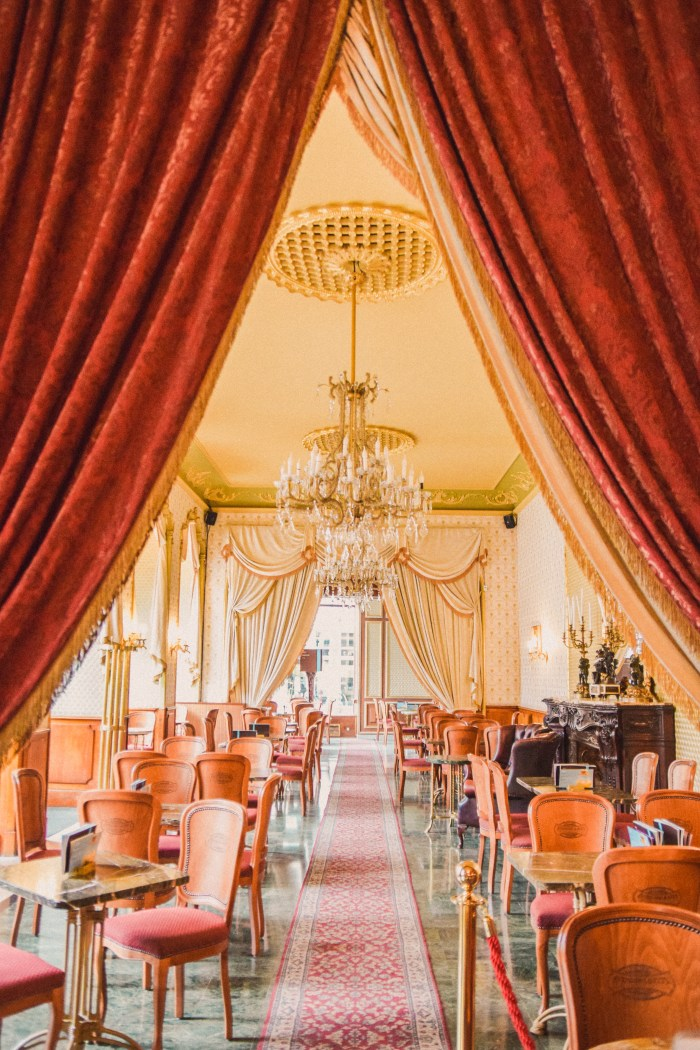 stora salen med röda gardiner i cafe gerbeaud