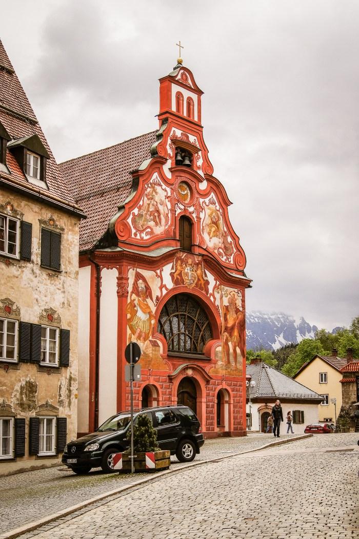 rödmålad kyrka i fussen