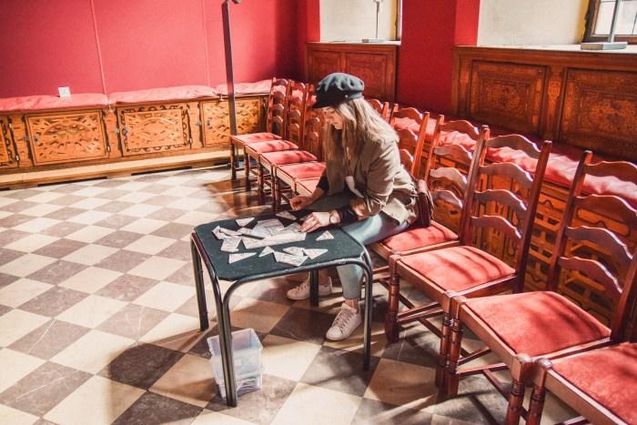 sandra lägger pussel på gdansk museum