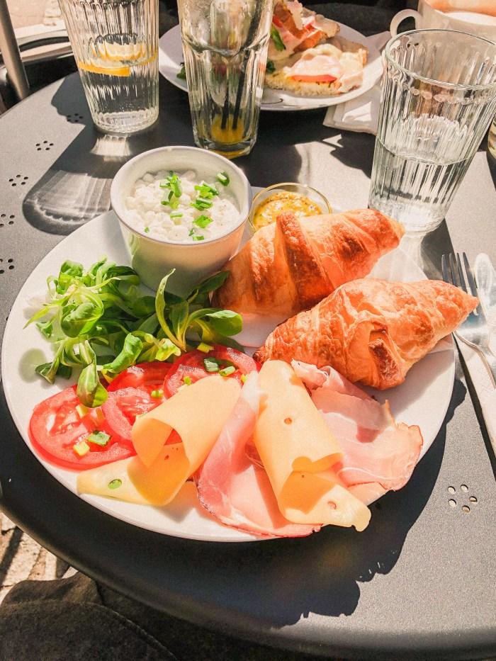crossiant, ost och skinka på cafe libertas