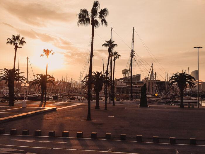 soluppgång i barcelonas hamn