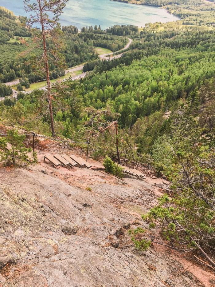 klättra uppför skuleberget i höga kusten