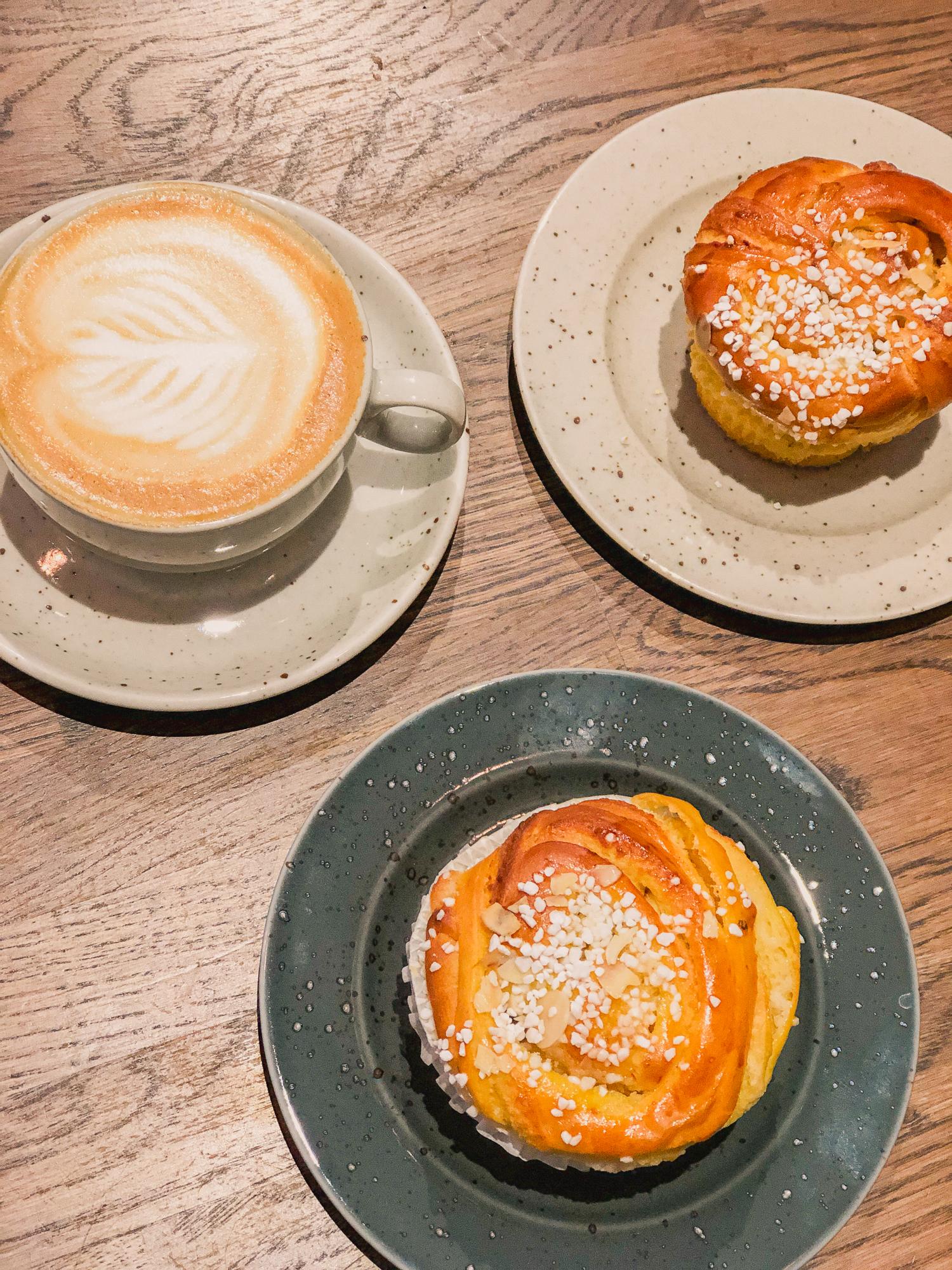 kaffe och bullar på café robin delselius.