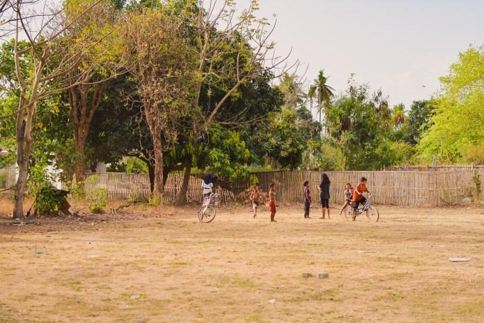 barn leker och cyklar på gili air.