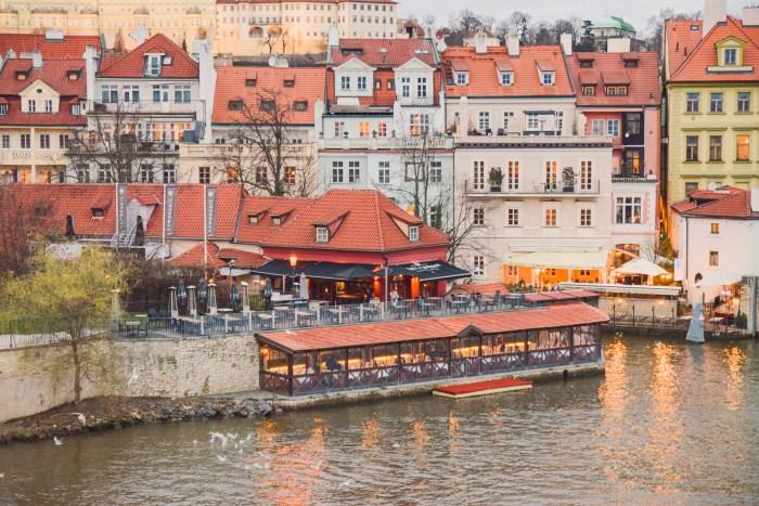 restaurang vid floden vltava, sett från karlsborn.