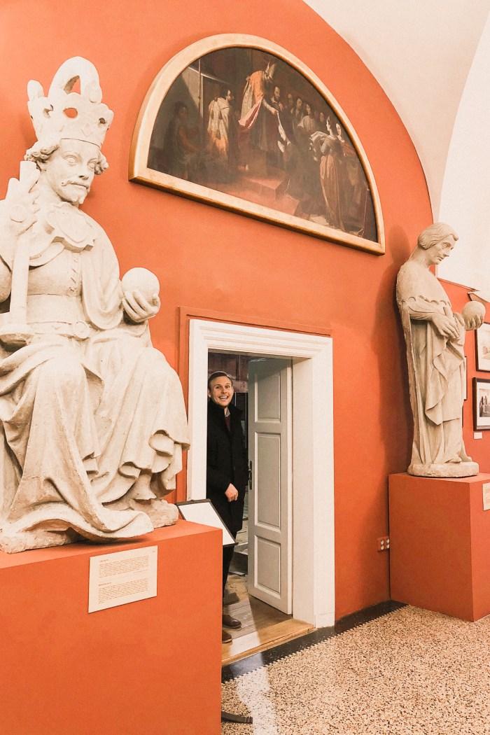 statyer på karlsbrons museum.