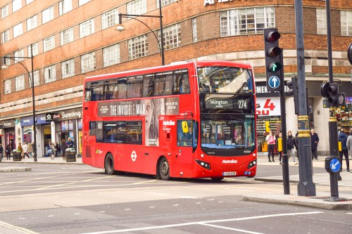 en röd london-buss kör på Oxford Street.