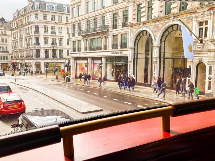 oxford street i london sett från en buss.