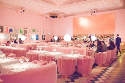 rosa möbler på sketch restaurang i london.