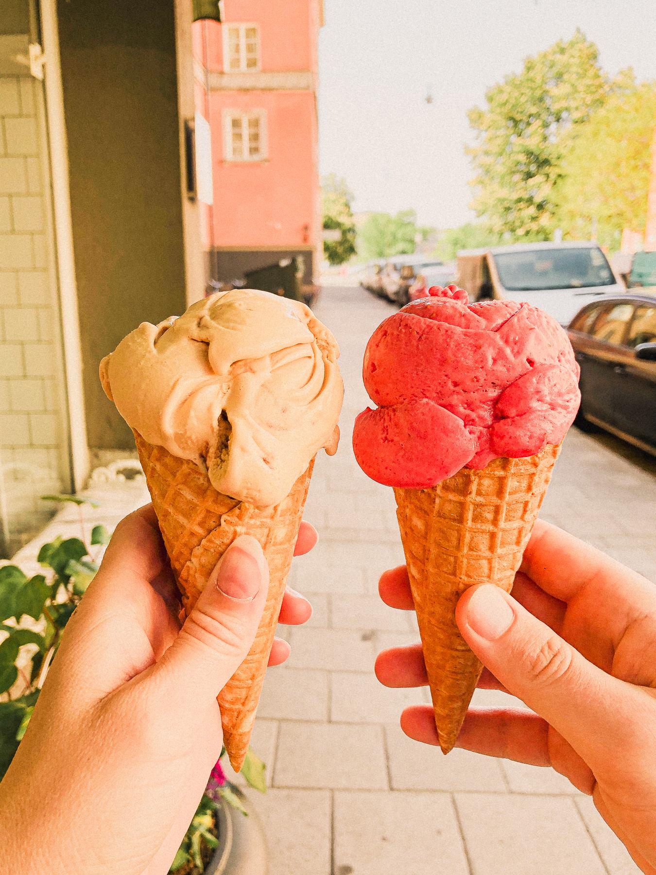 två glasstrutar med bästa gelaton i stockholm.