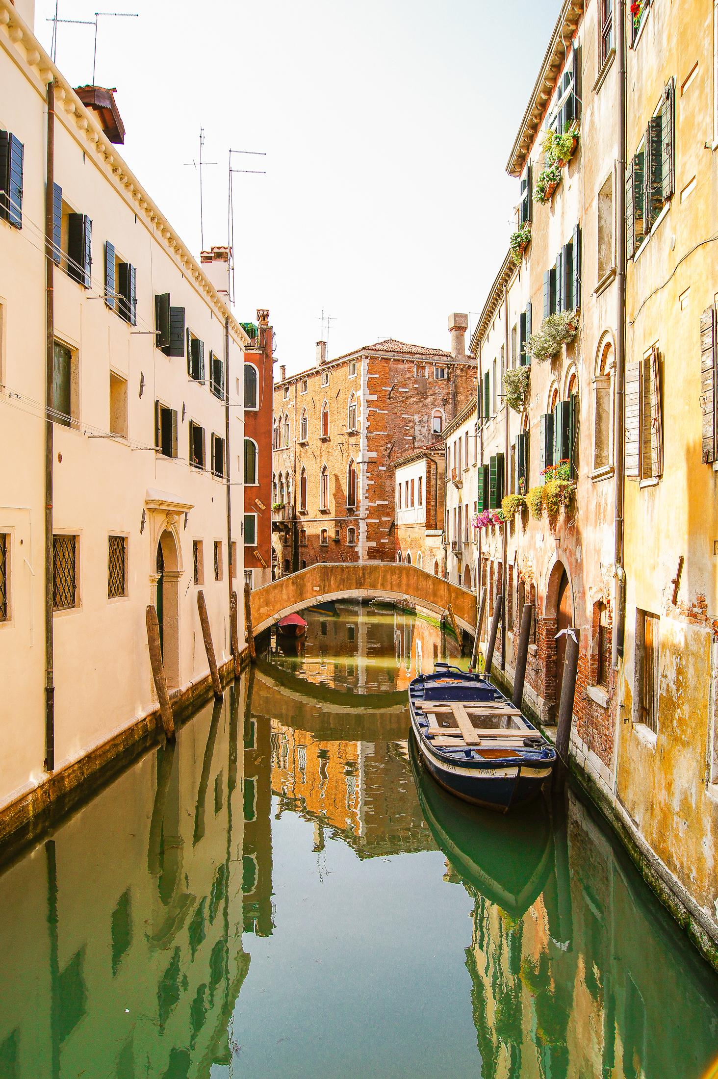 en båt ligger stilla i kanalen.