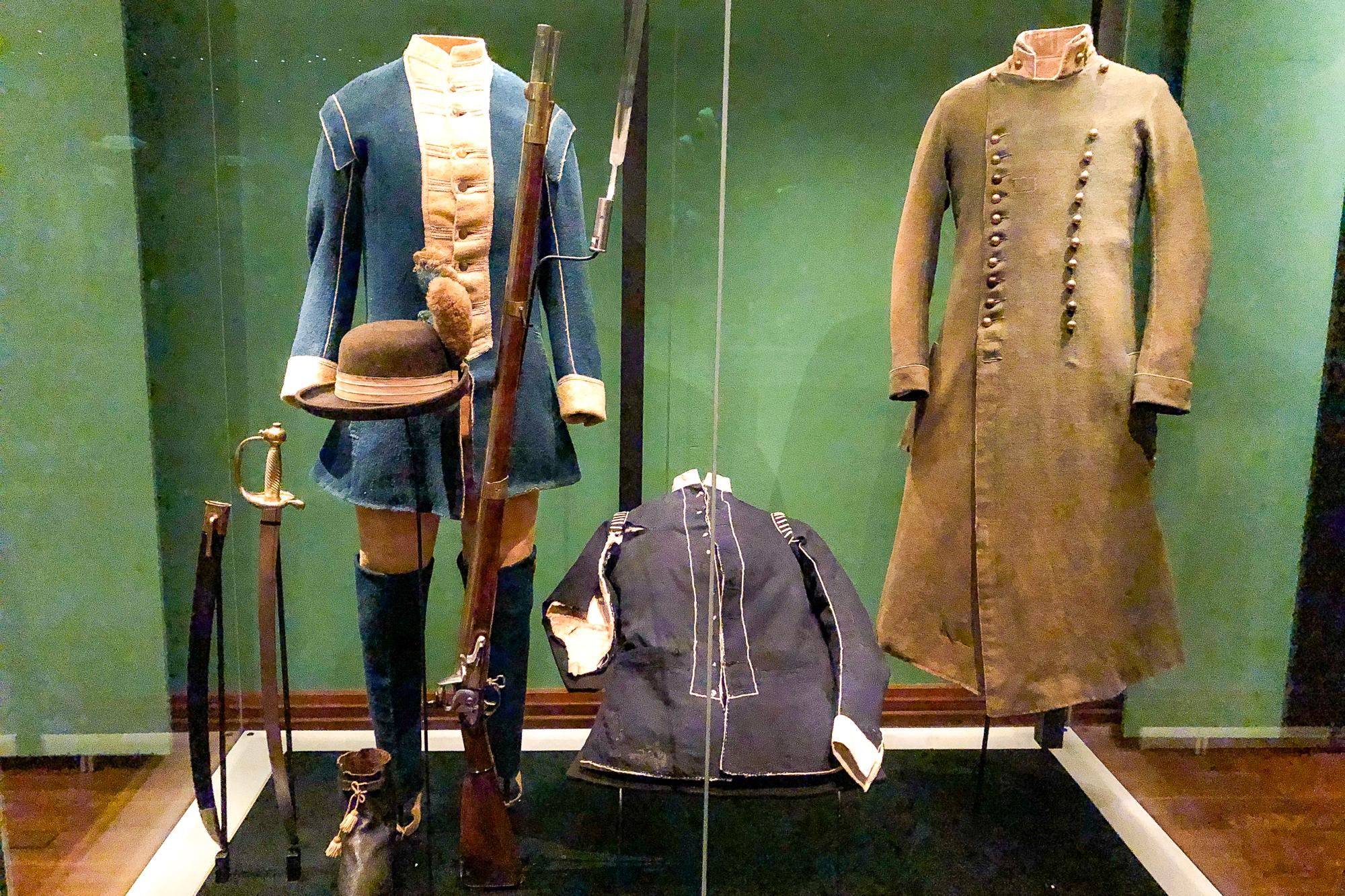 uniformer på stockholms armémuseum.