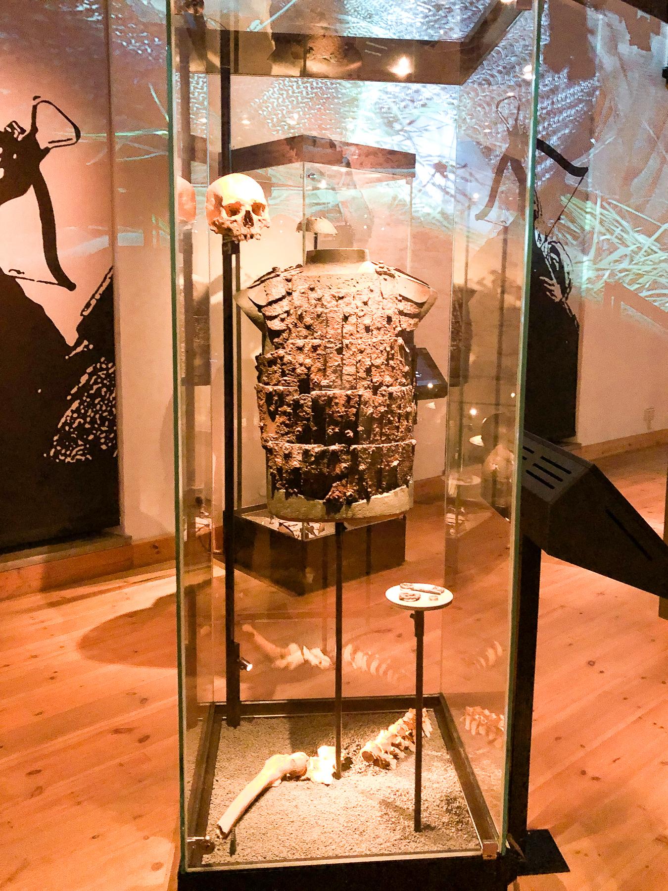 rustning och döskalle på historiska museet i stockholm.