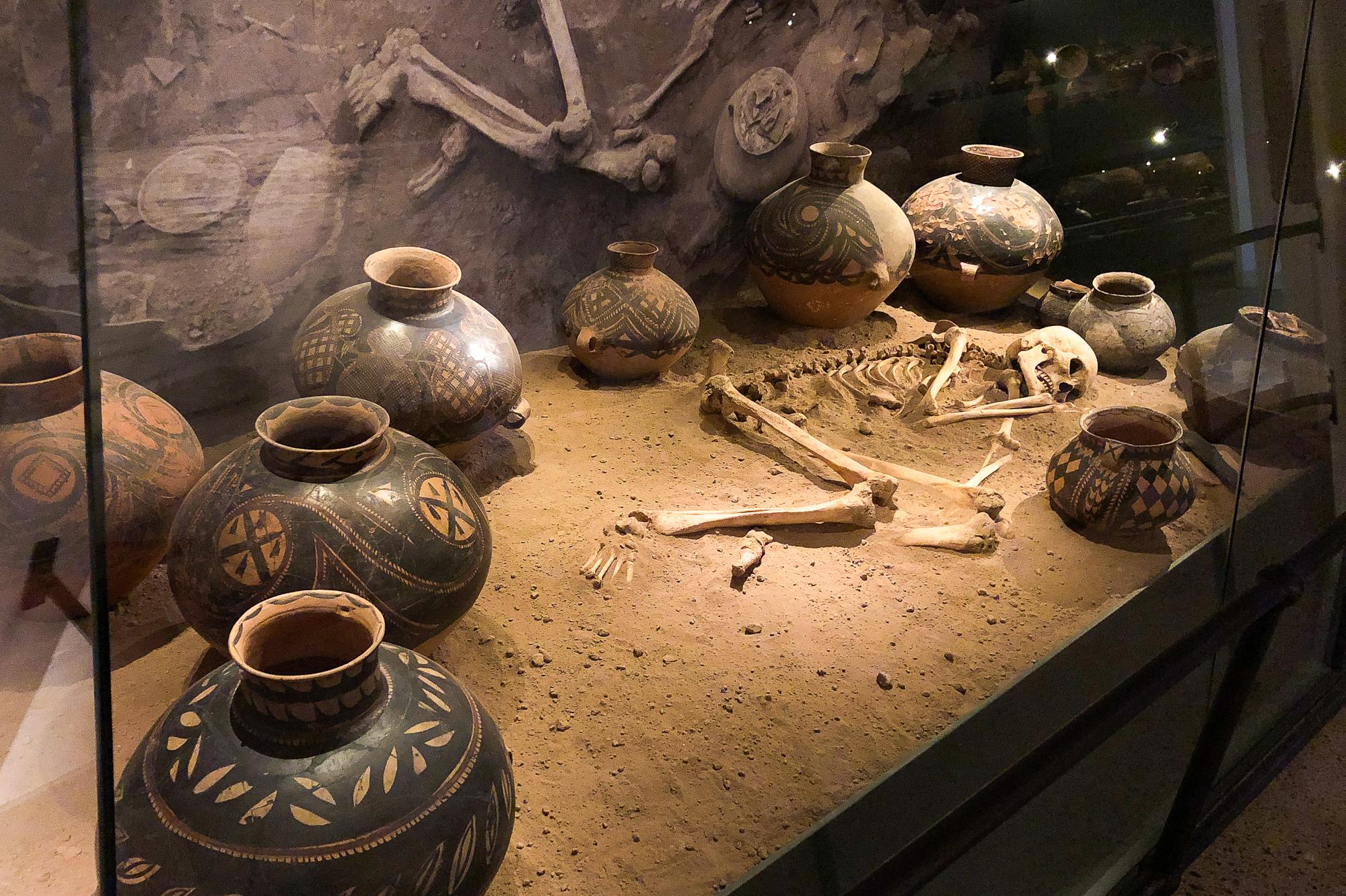 skelett ligger i sand på östasiatiska museet i stockholm.